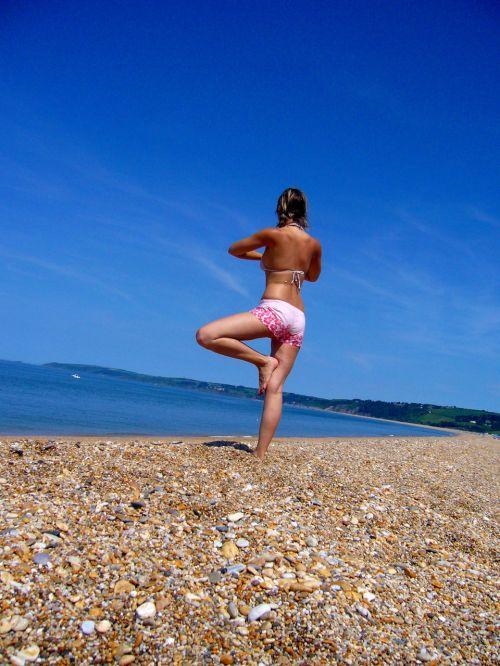 mergaitė, joga, papludimys, saulėtą dieną & nbsp, jūra, pajūryje, savaitgalis, šventė, atsipalaiduoti, sveikas, mielas, joga