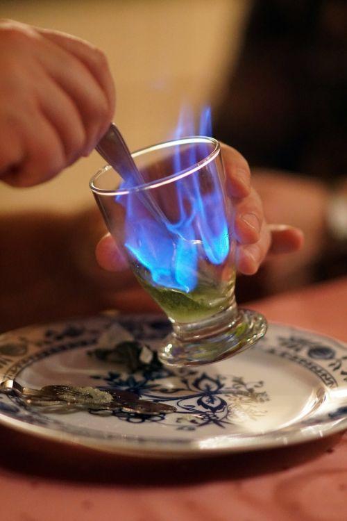 absentas,liepsna,alkoholis,gerti,alkoholinis gėrimas,mėlyna liepsna,stiklas