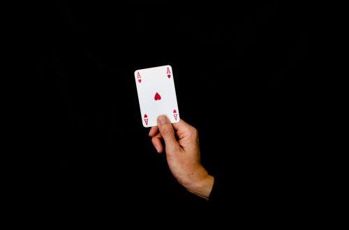 ace, kortelė, kazino, konkurencinga, patirtis, pirštas, azartiniai lošimai, žaidimai, mergaitė, ranka, širdis, ūkis, izoliuotas, Domkratas, laisvalaikis, sėkmė, numeris, galimybė, žaisti, žaismingas, pokeris, rekreacinė, raudona, rizika, karališkasis, sėkmė, širdies ace į rankas