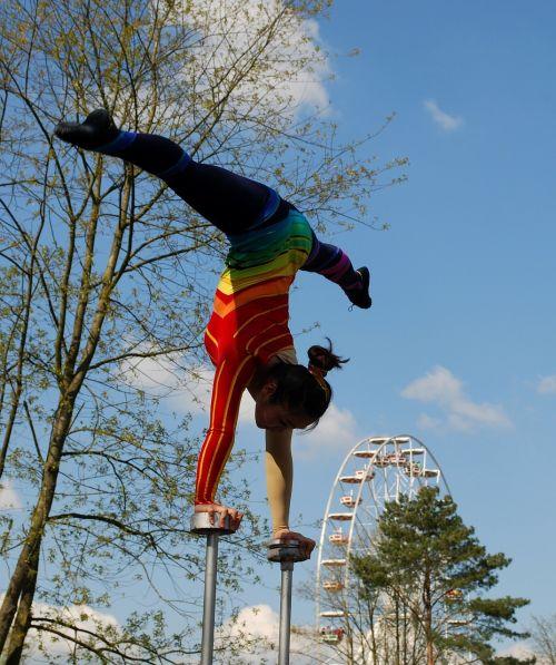 akrobatas,gimnastika,aerobika,lankstumas,balansas,atlikėjas