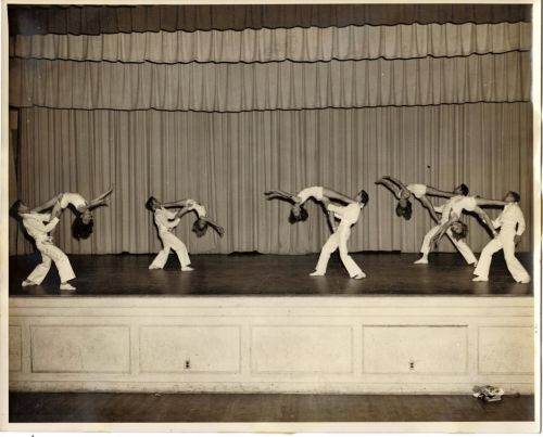 Adagio,akrobatika,berniukai,mergaitės,etapas,spektaklis,kostiumai,užuolaidos