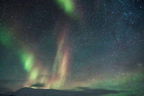 nuotykis,aurora,auroras,šiaurės šviesa,motoroleris,sniegas,ledo nuotykis,šviesos reiškinys,Aurora borealis,Šiaurės ašigalis,gamta,poliariniai žiburiai,stebuklinga naktis,snieguotas kraštovaizdis,arktinė,mėlynas ir žalia žvaigždėtas dangus,mėlynas žvaigždėtas dangus,žvaigždės,erdvė,saulės sistema,galaktika