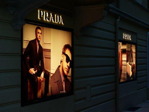 reklama,reklamos lenta,reklaminis ženklas,reklaminis plakatas,prada,projektorius,neoninis ženklas,prekinis ženklas,lauko reklama,skelbimų lenta,reklamschild,apšvietimas,vyras,mada