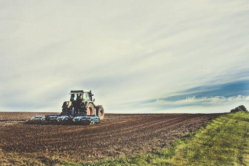 žemės ūkio mašina,ariamasis,Žemdirbystė,žemės ūkio traktorius,žemės ūkio,agro nuotrauka,agrartechnik,žemės ūkio ekonomika,auginimas,atsipalaiduoti,Bauer,ūkis,redagavimas,mėlynas,žemė,žemės dirbimas,mityba,laukas,lauko ekonomika,pavasario tvarka,getreideanbau,kultivatorius,Grub bern,dangus,kalnas,kalvotas,trupiniai,landtechnik,ūkininkas,pakuotojas,augalininkystė,paruošimas sėkloms,vilkikas,traktorius