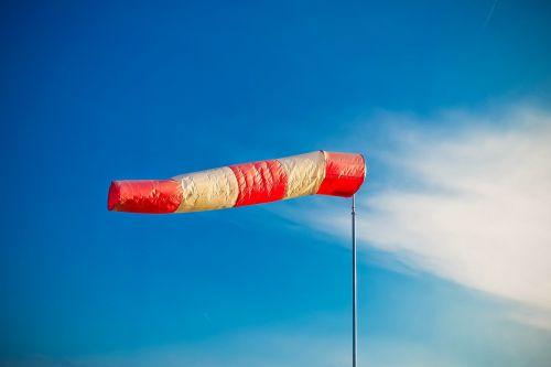 oro pagalvė,vėjo kojė,oras,dangus,dryžuotas,vėjo kryptis,raudona,vėjuota,plazdėjimas,vėjo greitis,stiebas,medžiaga,smūgis,vėjas,anemometras,vėjarodė,vėjarodis,nuo vėjo,vėjo krypties indikatorius,orientacija,vėjo krypties jutiklis,regioninis aerodromas,balta,vėjo indikatorius,mėlynas,indikatorius,plastikinė vėliava