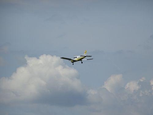 orlaivis,sportinis orlaivis,lengvas orlaivis,sparnai,skrajutė,aviacija,skristi,propeleris,propelerio plokštuma,sklandytuvas,m17,virš debesų,debesys,griauna,debesų danga,skrydis,slide,privatus skrydis,Pirmas skrydis,oro vaizdas
