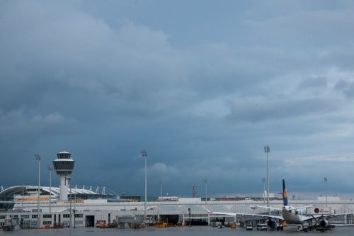 oro uostas,tarptautinis,Munich,architektūra,pastatas,transportas,lufthansa,kontrolės bokštas,bokštas,oro stebėjimas,oro eismo kontrolė,šviesos poliai,orlaivis