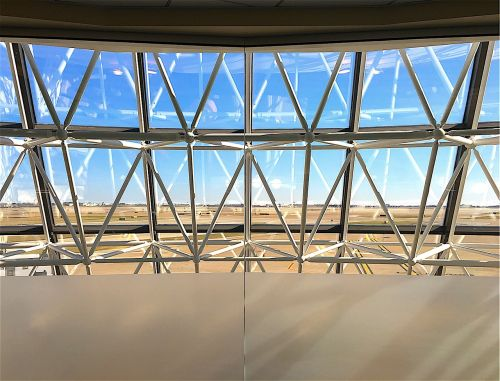 oro uostas,langas,architektūra,kelionė,išvykimas,kelionė,kelionė,terminalas,saulės šviesa,pastatas