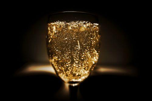 alkoholis,alkoholinis,baras,blur,butelis,šventė,šampanas,klasė,Iš arti,šaltas,kristalas,tamsi,gerti,geriamasis stiklas,dėmesio,stiklas,auksas,skystas,likeris,prabanga,vakarėlis,putojantis,putojantis vynas