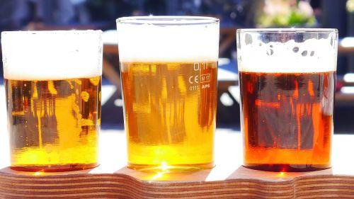alkoholis,alus,įvairių tipų,gerti,atsipalaidavimas,vasara,putos,vanduo,apyniai,gintaro spalva,aukso spalva