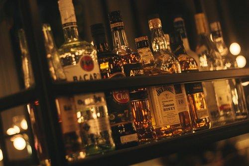 alkoholio, gėrimai, gerti, papludimys, alus, Bacardi, Havana, Havana Club, restoranas, viduje, stiklo, gėrimai, atgaiva, bar, šventė, troškulys, alaus sode, troškulys malšintojas, alkoholio, žmogus, baras