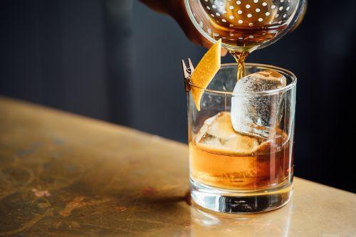 alkoholinis,gėrimas,gerti,stiklas,ledas,skystas,likeris,mažabolinis stiklas,senovinis stiklas,pour,uolų stiklas,viskis