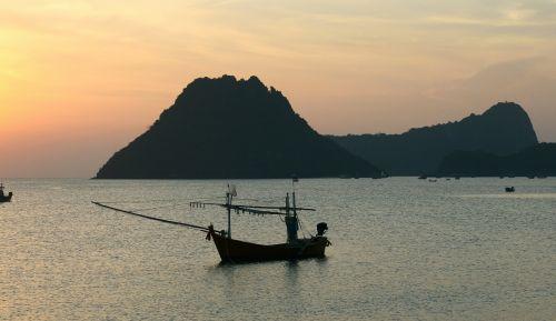 vienas,ramus rytas,valtis,saulėtekis,vanduo,ramus,taika,vaizdingas,ramus,poilsio vieta,spalvinga,spalvos,siluetai,siluetas,lauke,gražus,Tailandas,uostas,ramybė,ramus,ramybė,sirrealis,žvejybos laivas,jūra,vandenynas,peizažas,aušra,Pietryčių Azija,įlanka,Cove,ramus,mielas,poilsis,romantiškas,taikus,dangus,grožis,gyvas,valtys