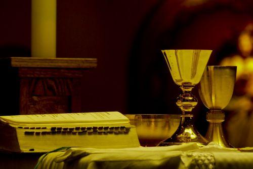 altorius, katalikų, krikščionybė, bažnyčia, kirsti, tikėjimas, dievas, viduje, interjeras & nbsp, šviesa, melstis, religija, religinis, dvasinis, žvakė, Biblija, knyga, krikščionis, koncepcija, atidarykite & nbsp, puslapį, skaitymas, dvasingumas, stalas, čalis, prieinama & nbsp, šviesa, Eucharistija, altorius ir čalis