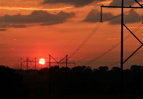gamta, kraštovaizdis, saulėtekis, oranžinė, oranžinė & nbsp, saulėtekis, elektrinis & nbsp, saulėtekis, violetinė, purus, debesys, galios & nbsp, linijos, elektrinis, elektra, saulė, centre, tarp, siluetas, medžiai, elektrinis saulėtekis