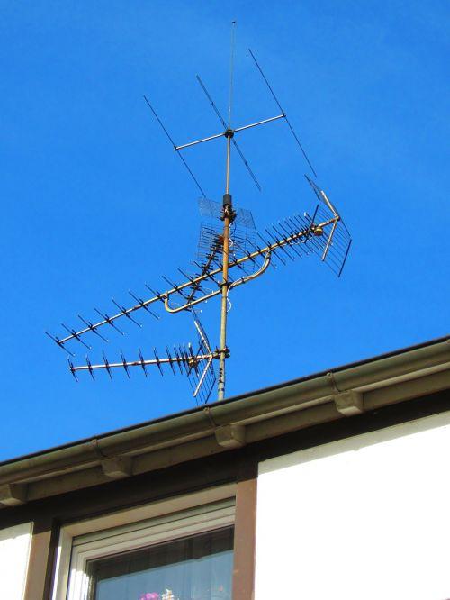 antena,stogo antena,Žiūrėti televizorių,televizijos priėmimas,priėmimas,namų antena,antžeminis,televizijos programa,radijas,namo stogas,antena tv,signalai,metalinis stiebas,tv