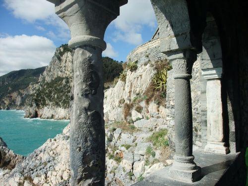 arcade su vaizdu į pakrantę,uolos pakrantė per arkadas,cinque terre