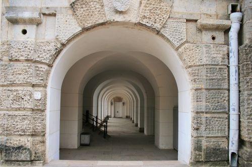 koridorius, arkos, mažinimas, siena, balta, grubus, arkos po pastatu