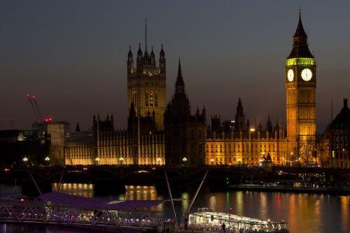 architektūra,Didysis Benas,valtis,tiltas,pastatai,miestas,miesto panorama,laikrodis,aušra,dusk,vakaras,apšviestas,žibintai,Londonas,šiuolaikiška,lauke,upė,laivas,dangus,panorama,dangoraižis,turizmas,turistų atrakcijos,Turistų kelionės tikslas