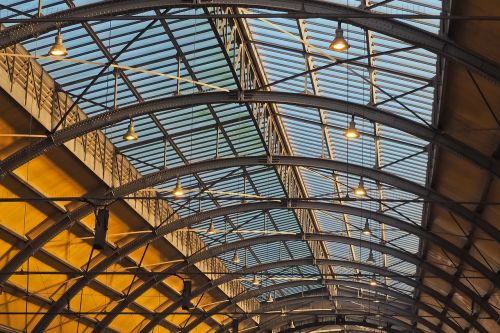 architektūra,stogas,pastatas,stogo konstrukcija,stiklas,plieninės sijos,ornamentas,stogas,salė,lubų konstrukcija,antklodė,statyba,industrija,senas,plieno konstrukcija,plienas,metalas,nerūdijantis,istoriškai,geležinkelis,traukinių stotis,laikrodis,lempos,apšvietimas