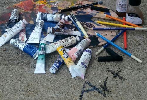 menas,aliejiniai dažai,medžio anglies lazdelės,spalvoti piestukai,meno terpės,vaivorykštė,spalvinga,padėklas,naudojamas,alyvos dažymo priemonės,dažymo teptukai,lauke,netvarka,krūva,daugialypė medija,menininkas,vaizduojamasis menas,mokymasis,studentas
