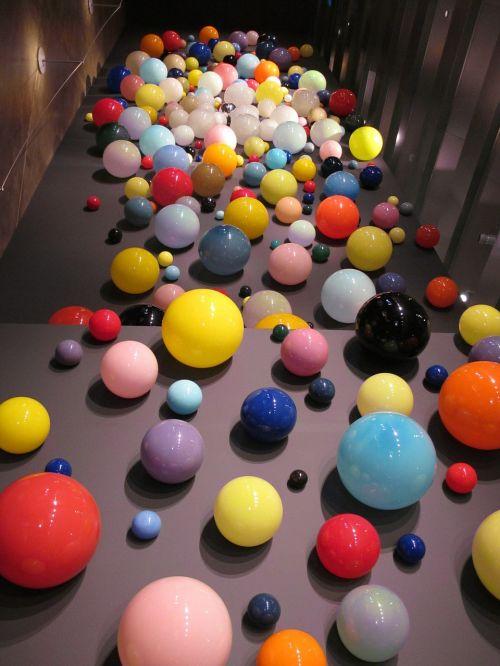 menas,stiklas,trapi,spalvinga,spalvos,muziejus,stiklo rutuliai,rutuliai