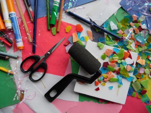 dailės reikmenys,menas,mokyklos ištekliai,mokykla,reikmenys,kūrybiškumas,spalvinga,spalva,popierius,pieštukas,hobis,meno,įranga,aksesuarai,kūrybingas,įrankis,įrankiai,Menas ir amatai,amatų reikmenys,amatai,amatų stalas,darbo vieta,žirklės,žymekliai,statybos popierius,netvarką,pomėgiai,menų klasė,amatų,rašiklis,Diy,Atgal į mokyklą