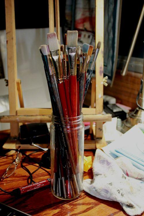 menininkas,studija,šepečiai,dažymas