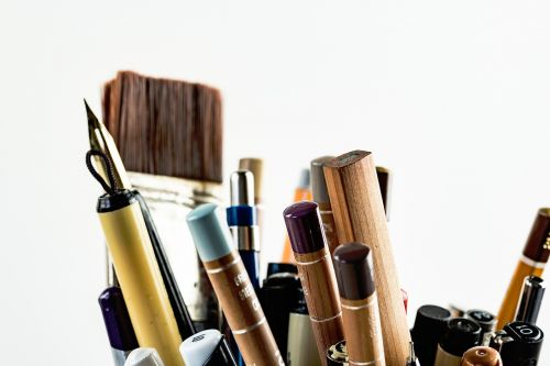 menai,amatai,įrankiai,rašikliai,šepečiai