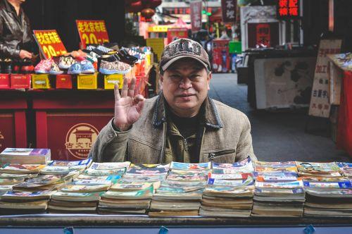 asian,turgus,pardavėjas,pardavėjas,pardavėjas,vyras,knygos,Patinas,asmuo,pardavėjas,istorijos knygos,kinai,senas,senyvo amžiaus,laikyti,parduotuvė,prekes,avalynė,tianjin,Kinija