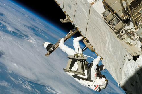 astronautas,kosmoso eismas,dėvėti apsauginius drabužius,Pier j pardavėjai,kosmoso kelionės,aviacijos ir kosmoso pramonė,NASA,technologija,žemė