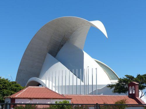 auditorius Tenerifė,Tenerifės auditorija,salė,auditorija,kongresų salė,koncertų salė,architektūra,pastatas,santa cruz,Tenerifė,Kanarų salos,balta,Santa Cruz de Tenerife,avangardo,dizainas,Santiago Calatrava,orientyras,pjautuvo forma,muschelförmig,stogas,stogo viršus,puiku