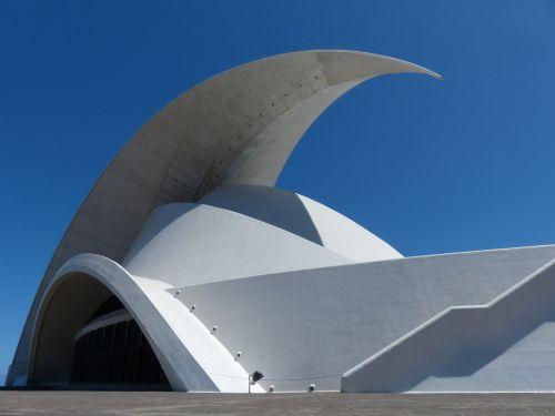auditorius Tenerifė,Tenerifės auditorija,salė,auditorija,kongresų salė,koncertų salė,architektūra,pastatas,santa cruz,Tenerifė,Kanarų salos,balta,Santa Cruz de Tenerife,avangardo,dizainas,Santiago Calatrava,orientyras,pjautuvo forma,muschelförmig,stogas,stogo viršus,puiku,laiptai,laiptinė,įvestis,tikslas,didelis,galingas,įvedimas