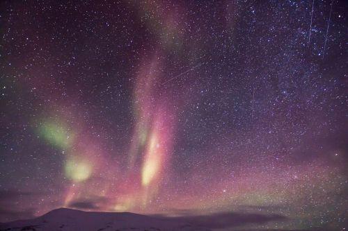 aurora,auroras,šiaurės šviesa,motoroleris,sniegas,ledo nuotykis,šviesos reiškinys,Aurora borealis,Šiaurės ašigalis,gamta,poliariniai žiburiai,stebuklinga naktis,snieguotas kraštovaizdis,arktinė,mėlynas ir žalia žvaigždėtas dangus,mėlynas žvaigždėtas dangus,žvaigždės,erdvė,galaktika,naktis