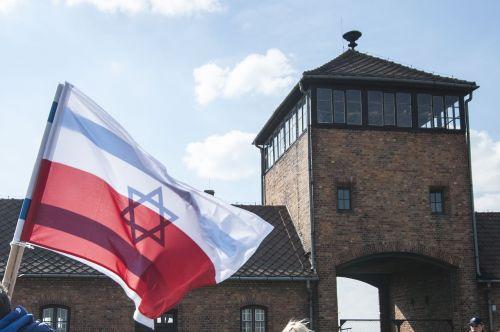 auschwitz,vėliava,Lenkija,koncentracijos stovykla,karas,holokaustas,lenkų vėliava,Tautybė,žydų vėliava,žydai,Jėzus,atmintis,audringas,powiewająca