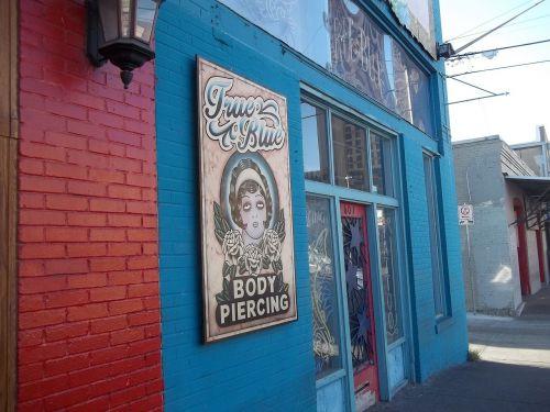 austin,texas,centro,šeštoji gatvė,raudonos upės gatvė,tiesa mėlyna,auskarai,tatuiruočių parduotuvė,funky,funky vibe,miestas,usa,kapitalas,miesto panorama,tx,austin texas,verslas,pastatas