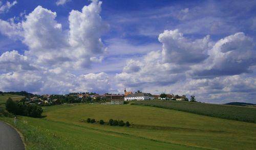 austria,kraštovaizdis,dangus,debesys,kalvos,vaizdingas,vista,laukai,gamta,lauke,kaimas,pastatai,Šalis,kaimas,pievos,kaimas,vasara,pavasaris