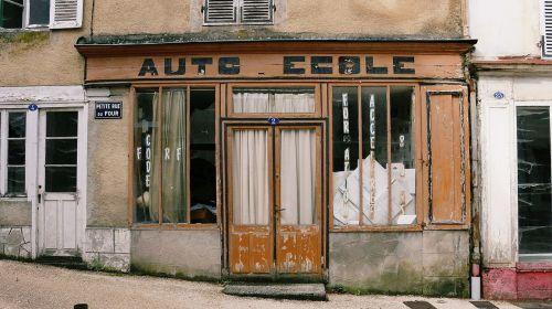 auto mokykla,prekyba,kaimas,lormes,Burgundija,nièvre,morvan,moko,france,namas,kaimo vietovė,vitrina,buvusi prekyba,fasadas