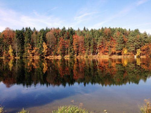 ruduo,ežeras,veidrodis,kritimo spalva,poilsis,tylus,miškas,spygliuočių miškas,mišrus miškas