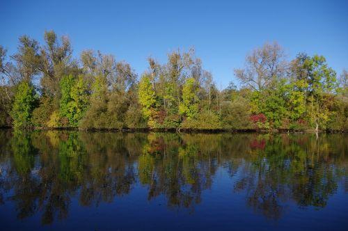 ruduo,lapai,medžiai,vanduo,veidrodis,spalvinga,raudona,žalias,geltona,spalva,gamta,ežeras,gražus,oras,mėlynas,dangus