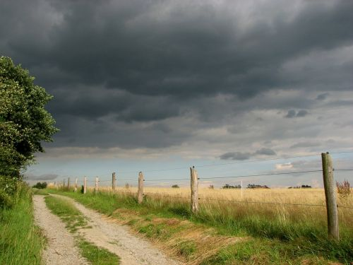 toli,juostos,tvora,laukas,debesys,griauna,audra,dangus,oras,kubo debesys,nuotaika,niūrus,tamsūs debesys,tamsi,audros debesys
