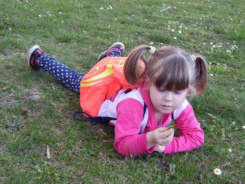 maža mergytė, vaikas, sesuo, Adelka, pavasaris