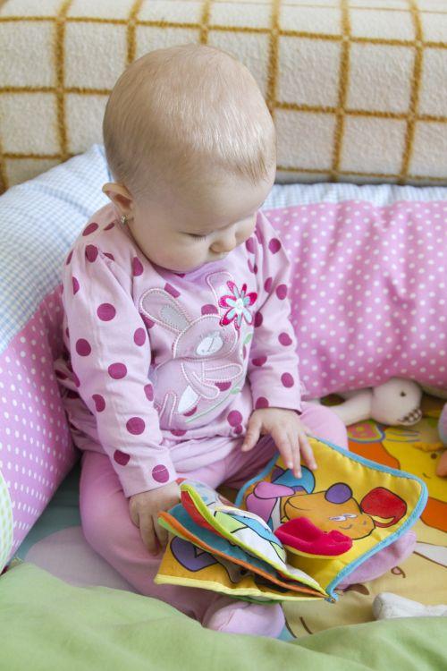 kūdikis, žiūri, skaitymas, knyga, nuotraukos, žodžiai, kalba, vaikas, mergaitė, plėtra, įgūdis, pasukti & nbsp, puslapį, mokymasis, žaisti, vaikas žiūri į knygą