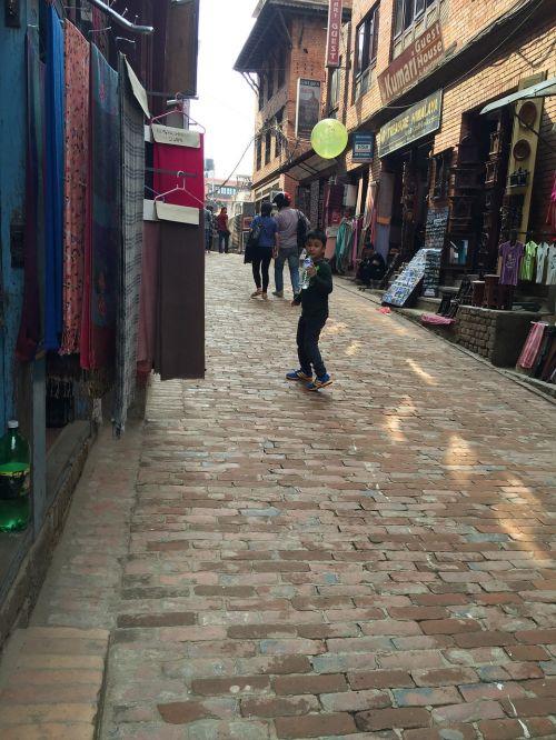 Balionas, Vaikystę, Nepalas