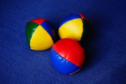 rutuliai,žongliravimo kamuoliai,žongliruoti,spalvinga,spalva,geltona,raudona,mėlynas,žalias,hobis,žongliravimas,3 žiūrovų kamuolys,įgūdžių praktika,spalvingi rutuliai,spalvoti rutuliai,žaisti,kamuolio žaidimas,rutulys,akrobatika,sporto šakos,trys,Sportas,linksma,laisvalaikis,žaidimų kamuoliai,žaislai,pratimas