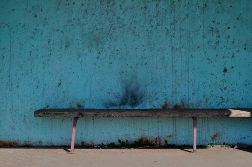 bankas,medinis stendas,stendas,sėdynė,autobusų stotelė,senas stendas,siena,tarša