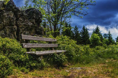 bankas,poilsis,medinis stendas,gamta,sėdėti,miškas,toli,tylus,mediena,taika,stendas,atsigavimas,sėdynė,idiliškas,pertrauka,susigrąžinti,atsipalaiduoti,vaikščioti,senas stendas,žygiai,senas,dangus,out,užaugo,žalias,mėlynas,medžiai