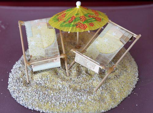 banknotai,smėlis,saulės gultai,sulankstytas
