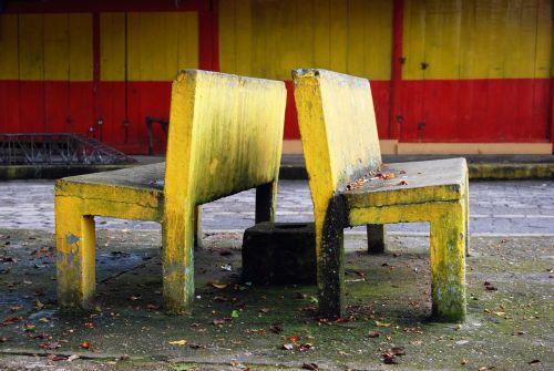 bankai,akmuo,geltona,spalvos,purvas,ryškumas,cementas,sėdėti,stovėti,patogus,nepatogus,miestas,kontrastas,nugaros