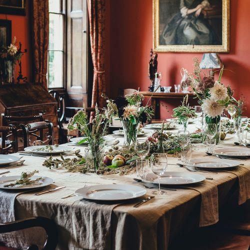 banketą,kėdė,stalo įrankiai,valgomasis,stalo įrankiai,oficialus vakarienė,baldai,viešbutis,patalpose,interjero dizainas,vieta nustatymas,priėmimas,restoranas,sėdynė,sidabro dirbiniai,stalas,stalo nustatymas,staltiesė,indai